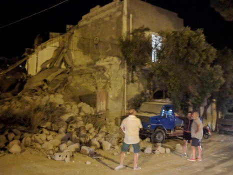 """Terremoto a Ischia: due donne morte, Due fratellini ancora sotto le macerie I turisti in fuga dall'""""isola verde"""""""