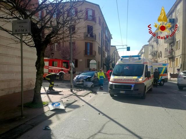 FOTO / Avellino, impatto violento tra due auto: danneggiati anche segnali stradali e pannelli pubblicitari