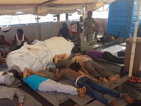 Migranti, autorizzato lo sbarco di 10 persone a Lampedusa dalla Sea Watch: «Necessitano di cure mediche»