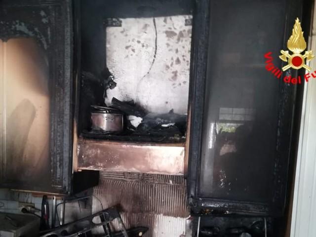 Paura per un incendio in una casa: fiamme in cucina, intervengono i vigili del fuoco