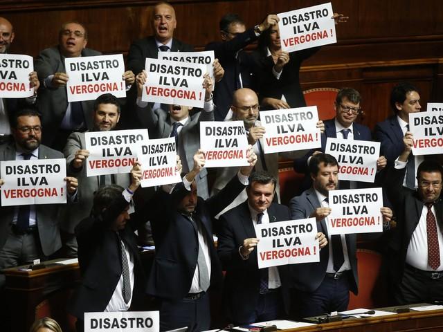 """Ilva, protesta in Aula della Lega: """"A casa voi, non gli operai"""""""