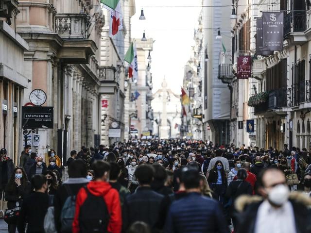 Controlli anti assembramento nel weekend a Roma zona gialla: sorvegliati centro storico e litorale