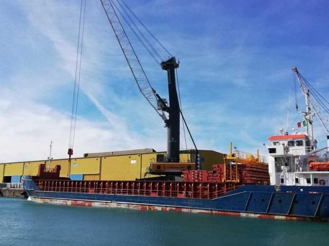 Ponte Morandi, in porto a Genova maxi gru per la demolizione delle pile lato ovest