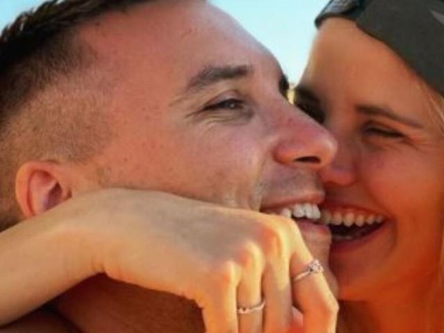 Briga chiede la mano della sua fidanzata: il video