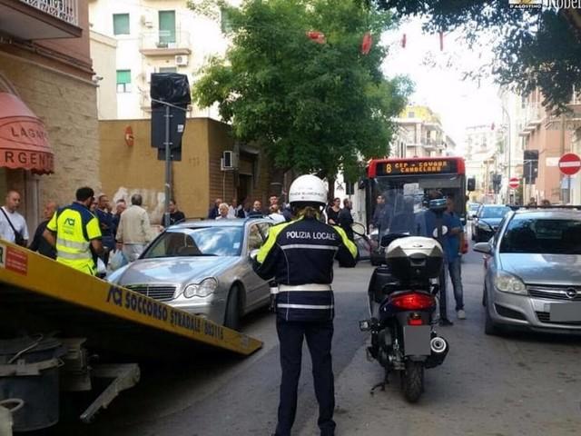 Auto in sosta bloccano autobus: otto mezzi incolonnati e traffico in tilt, caos in via Scrocco
