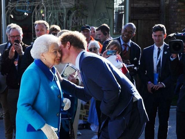 La regina Elisabetta protegge Harry: il clamoroso gesto durante i funerali del principe Filippo