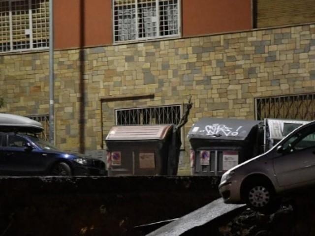 Roma: crolla la strada, una grande voragine 'inghiottisce' le macchine