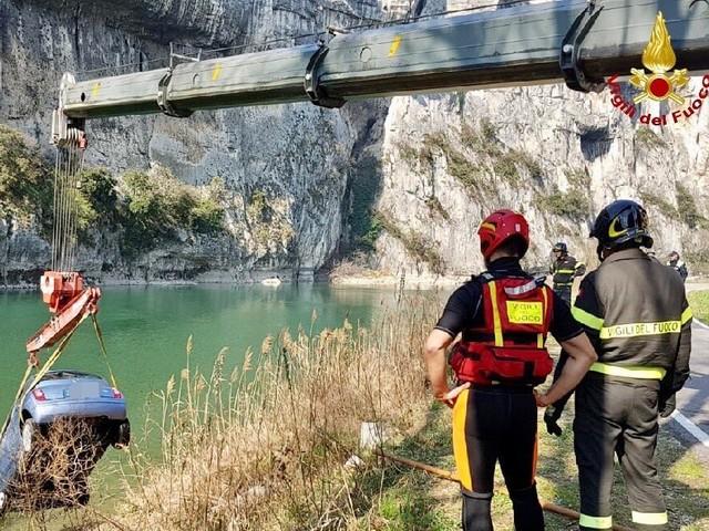 Finisce con l'auto nell'Adige Incastrato nell'abitacolo e salvato dai vigili del fuoco