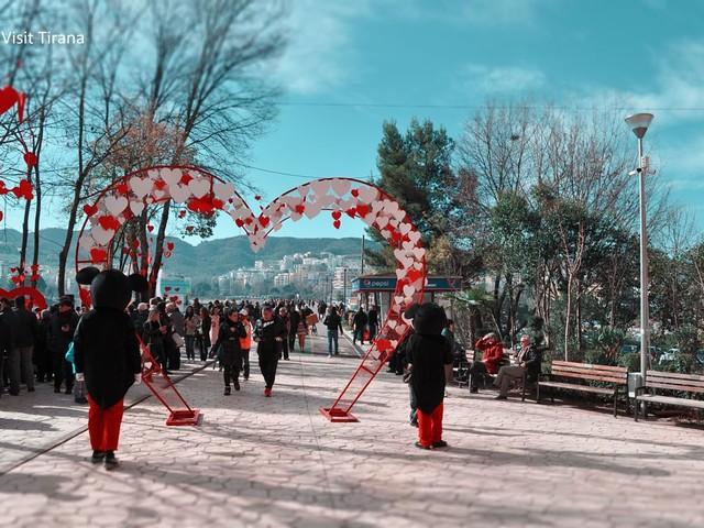 Tirana, per San Valentino inaugurato il 'Molo dell'Amore'