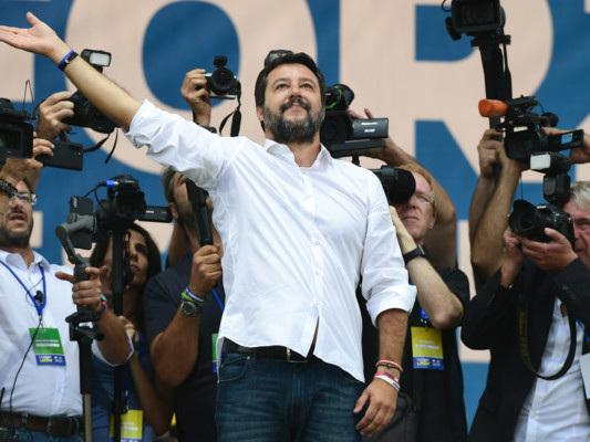 """Da """"Traditori"""" a """"Carola"""", otto parole scelte da Matteo Salvini a Pontida"""