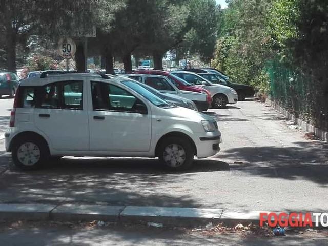 Auto sui marciapiedi, pedoni costretti a camminare lungo la pericolosissima via Napoli