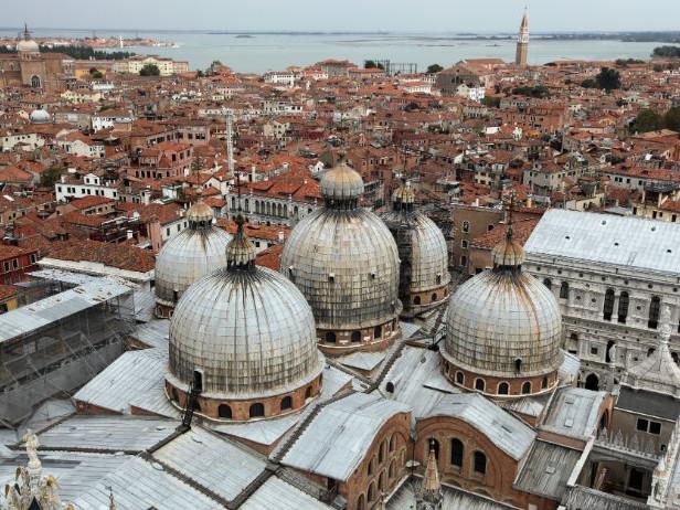 Venezia, va a fuoco dimora storica: tre intossicati