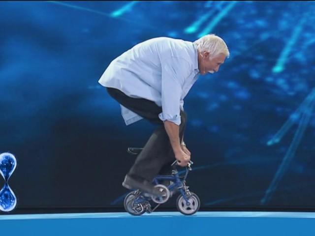 Tu si que vales, Sergey Dashevskiy va su una bici di 8 centimetri | Video Witty TV