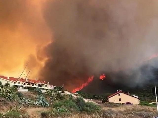 """Incendi in Sardegna, vasto rogo nell'Oristanese: """"In fumo 10mila ettari di territorio"""". Fiamme alte e persone in strada a Porto Alabe"""