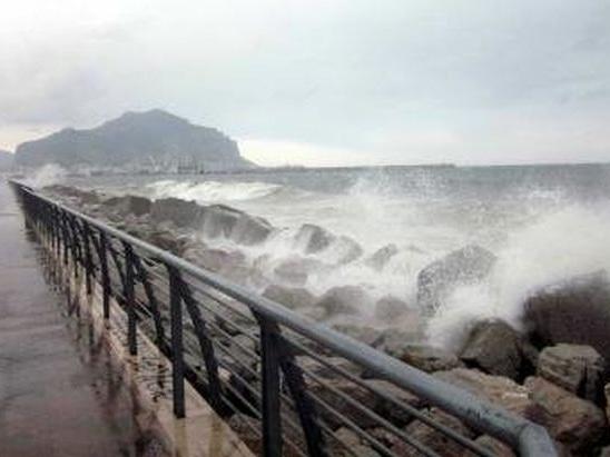 Maltempo senza tregua in Sicilia, un morto a Scordia. Allerta rossa
