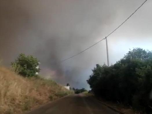 Rogo Oristanese, le fiamme hanno raggiunto il centro di Cuglieri