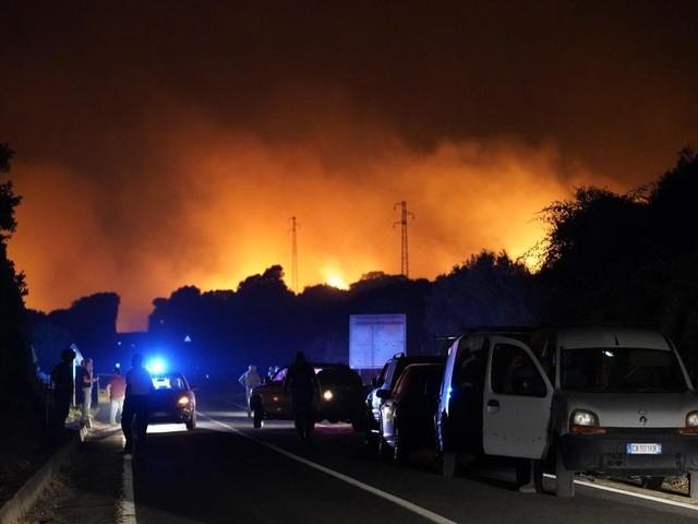 Incendi in Sardegna, dichiarato lo stato d'emergenza: 1.500 sfollati, arrivano 6 Canadair dall'Ue