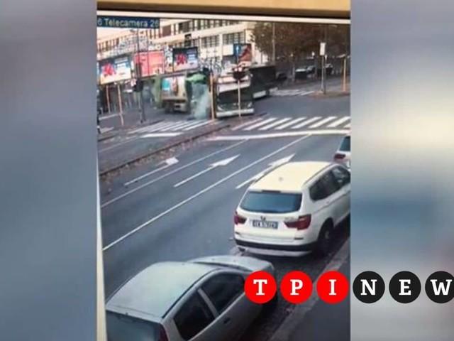 Il momento dello scontro tra il filobus Atm e il camion dei rifiuti | VIDEO