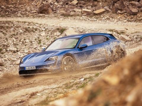 Porsche Taycan Cross Turismo, l'elettrica eclettica ad assetto rialzato e listino maggiorato