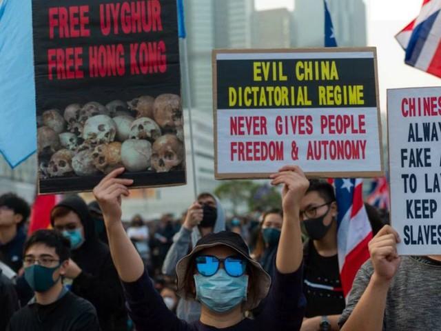 Hong Kong, movimento pro-democrazia scende in piazza in difesa degli uiguri: scontri e arresti