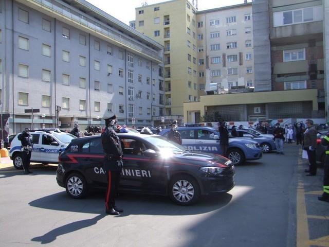 Omaggio forze ordine a ospedali Modena
