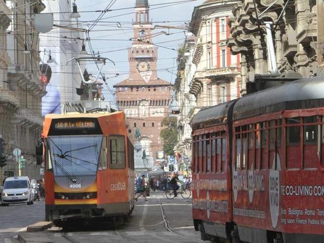 Milano, Sala: «Sarà vietato fumare alle fermate di autobus e tram»