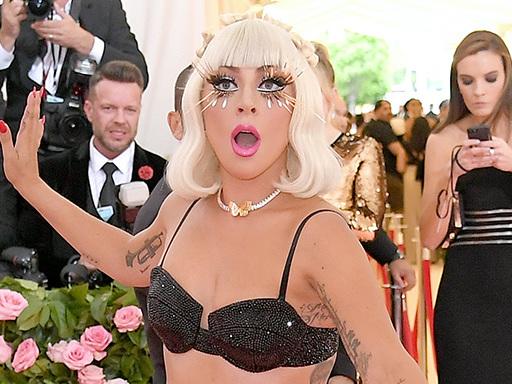 Lady Gaga si rilassa nella sua Jacuzzi con calze a rete e perizoma neon