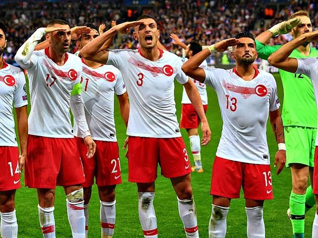 """Siria, i calciatori turchi esultano ancora con il saluto militare pro-Erdogan. St. Pauli licenzia Sahin: """"Incompatibile con i valori del club"""""""