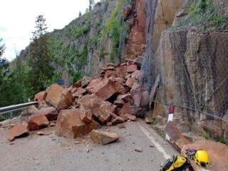 Passo Lavazè: grossa frana di roccia si riversa sulla statale