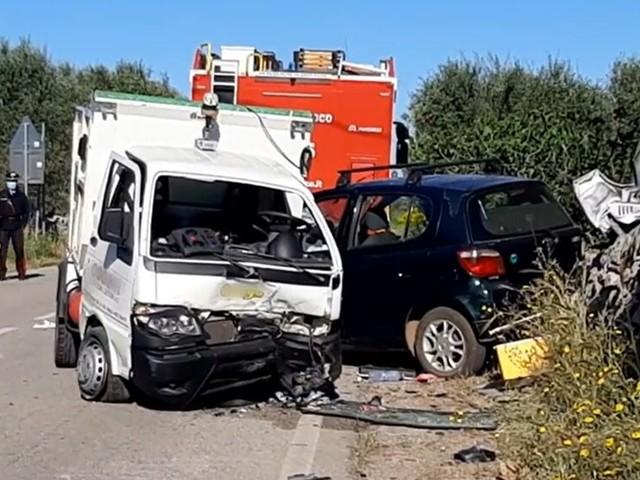 Scontro sulla provinciale, impatto tra auto e mezzo della raccolta rifiuti: quattro feriti