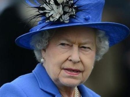 La regina Elisabetta II d'Inghilterra è rimasta sola: polemiche e scandali per la sovrana