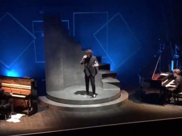 Michele Bravi è tornato a cantare dal vivo: il racconto di com'è andata (video)