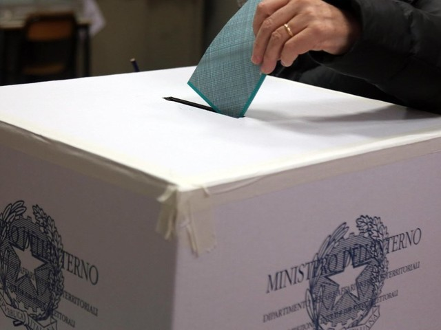 La proposta di abbassare la soglia per evitare i ballottaggi alle Comunali fa litigare Pd e M5S
