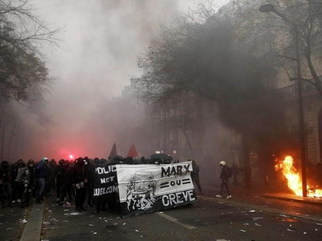 Sciopero per le pensioni e devastazioni dei black bloc gettano Parigi nel caos