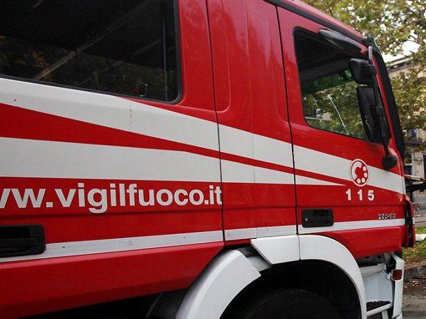 Incendio sulla strada statale 26: a fuoco un camion vicino a Ivrea