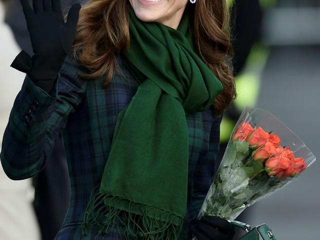 Kate Middleton: bimba infrange il protocollo e le accarezza i capelli