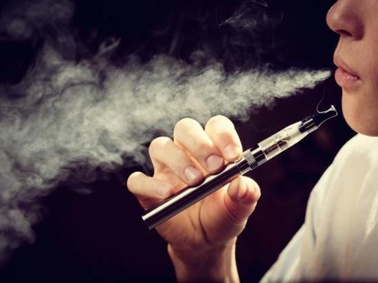 Misteriosa malattia colpisce i fumatori di sigarette elettroniche