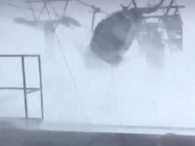 Svizzera. Sulle piste di sci gli ovetti oscillano paurosamente nella tempesta di vento