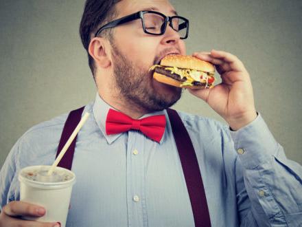 Cibo spazzatura e bevande zuccherate, sempre più numerosi gli studi che associano il consumo a rischi per la salute