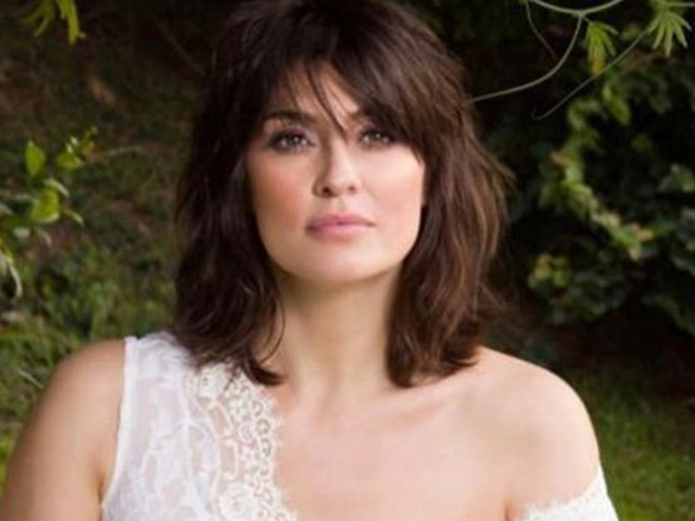Elisa Isoardi sensuale: in lingerie sotto le coperte, lascia intravedere il seno [FOTO]