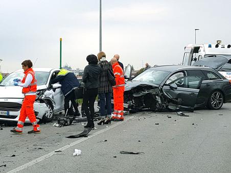 L'Audi invade la corsia opposta: botto fra tre auto, due feriti in ospedale