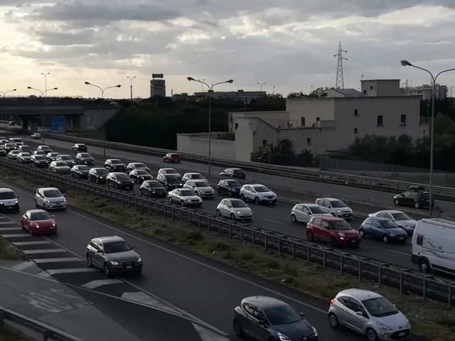 Schianto in Tangenziale, auto finisce contro barriere tra Poggiofranco e Carrassi: code e rallentamenti