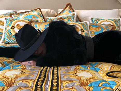 """Lady Gaga a Milano per il Joanne World Tour mostra la sua stanza d'albergo (foto): """"Grazie, Donatella Versace"""""""