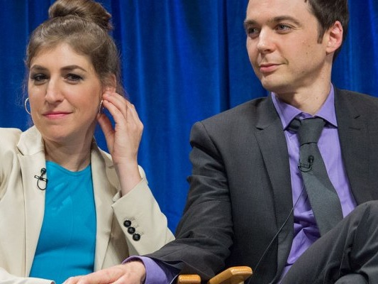 Jim Parsons e Mayim Bialik, star di The Big Bang Theory, produttori della serie Carla