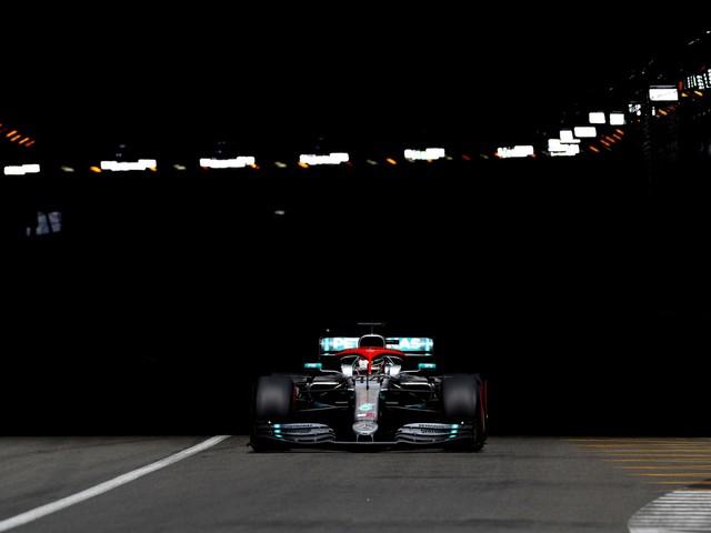 Formula Uno, la Mercedes domina a Monaco: pole per Hamilton. Male la Ferrari