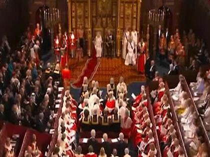 Regina Elisabetta in Parlamento così: oro e diamanti, il look che fa discutere il Regno Unito