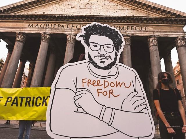 Patrick Zaki compie trent'anni: trascorrerà il suo compleanno in carcere, senza colpe da espiare