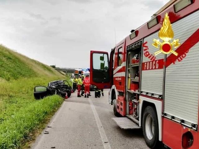 Schianto frontale tra camion e auto sulla Postumia, muore una vicentina