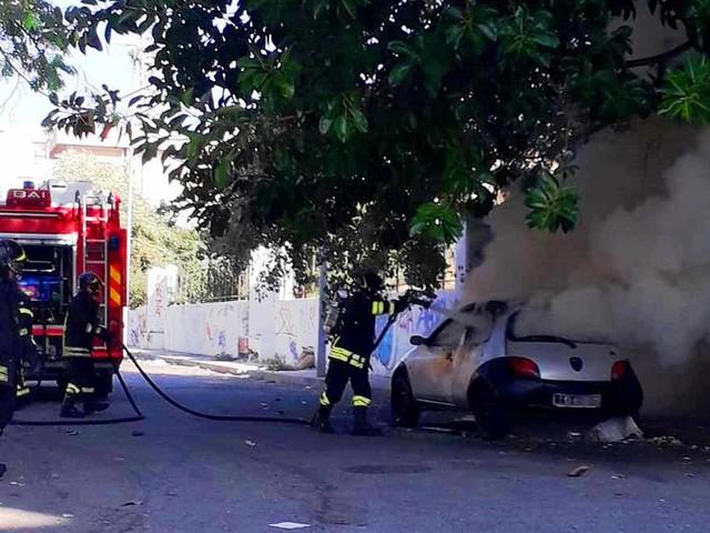 Reggio Calabria, momenti di paura a Botteghelle: auto prende fuoco nei pressi del palazzetto [FOTO LIVE]