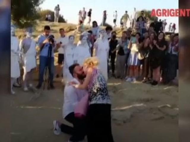 """""""Vuoi sposarmi?"""", la romantica proposta di matrimonio all'alba nella Valle dei Templi"""
